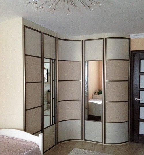 Радиусный шкаф с зеркалами.