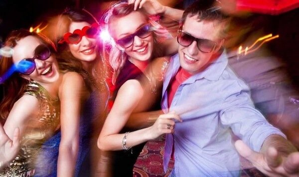 Золотая молодежь в ночном клубе.