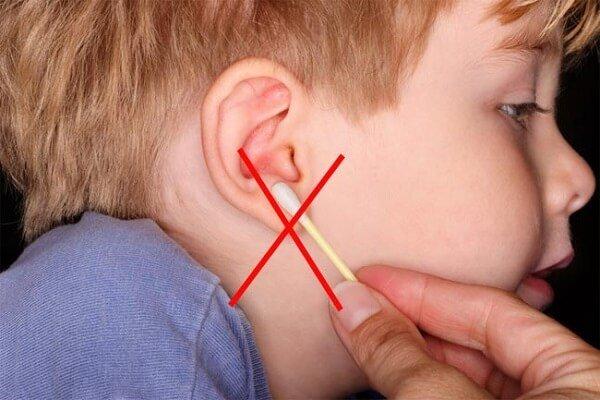 Чистить уши ватными палочками вредно и опасно!