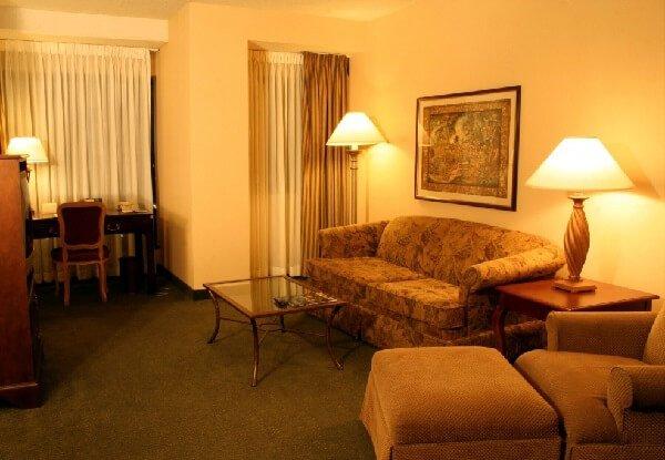 Тайна комнаты и загадочная смерть в номере отеля.