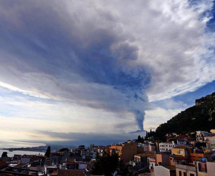 Вулкан Этна извергается!