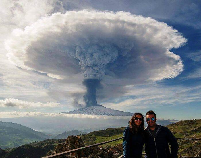 Селфи на фоне действующего вулкана Этна.