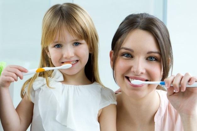 Как приучить ребенка чистить зубы без слез?