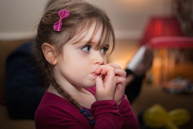 Как отучить ребенка грызть ногти.