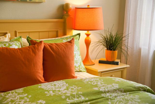 Оформление спальни в зеленом цвете.