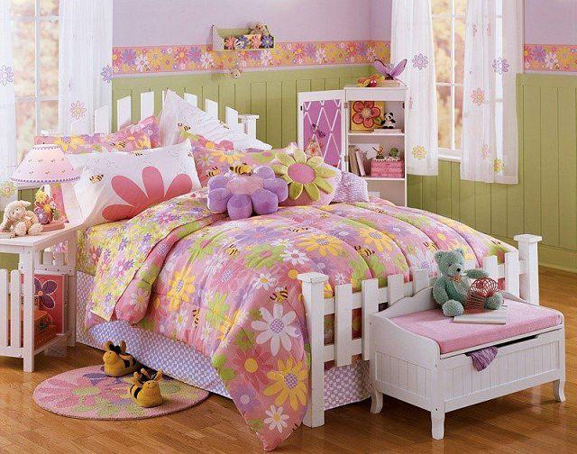 Розовая спальня для молодой девушки.