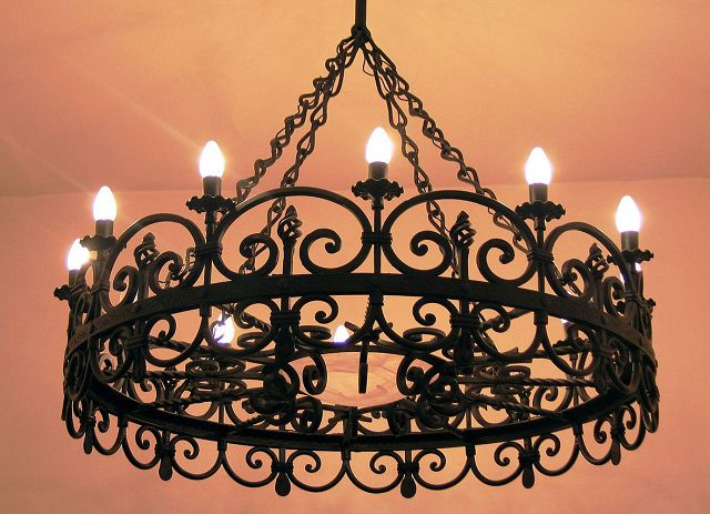 Кованое железо в интерьере – мебель и светильники.